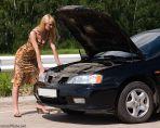 Девушка и сломанный автомобиль.